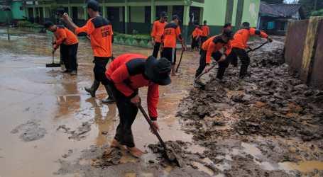 UAR Lampung Bersihkan Lumpur Sisa Banjir untuk Buka Akses Jalan di Pesawaran