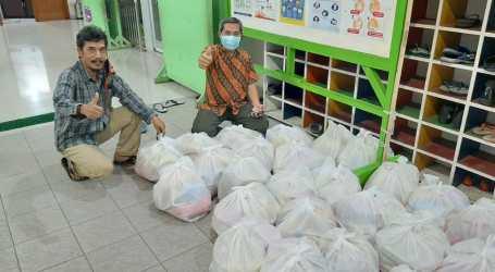 """DKM Baitul Muttaqien Bekasi Bagi Sembako Gratis untuk Warga Terdampak """"Work from Home"""""""
