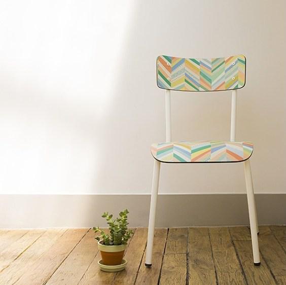 Chaise à chevrons colorés