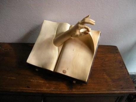 livre sculpté en bois