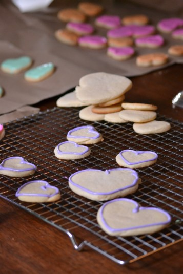 Outlining Hearts in Royal Icing (www.mincedblog.com)