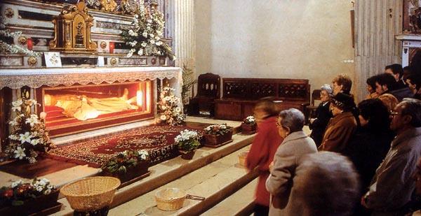 fedeli venerano Sant'Anselmo
