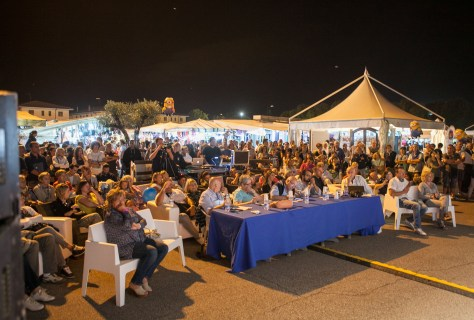 Il pubblico assiste ad una serata