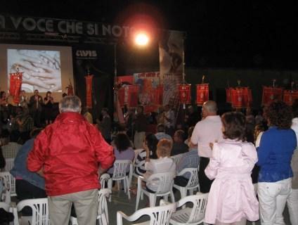 La tradizioinale parata dei labari prima dell'inizio dello spettacolo