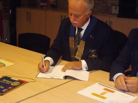 Il Governatore del Rotary mentre firma il protocollo del Contratto di fiume