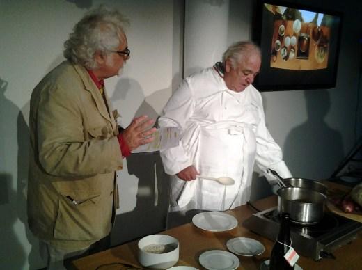 Lo chef Romano Tamani mentre prepara il risotto con la zucca