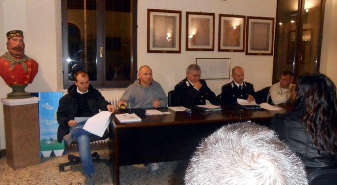 Il tavolo dei relatori all'incontro sulla sicurezza tenutosi a Villimpenta.JPG