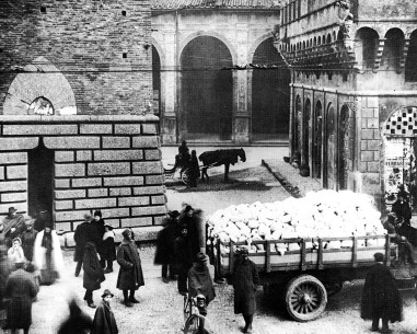 Distribuzione farina sotto le torri Giunta Zanardi