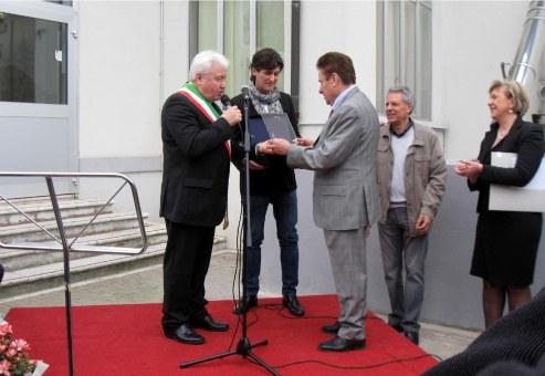 inaugurazione asilo nido - dono della targa da parte dell'Amministrazione comunale a Federici