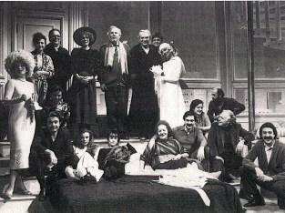Neli Frascari al centro sul letto attorniata degli attori della compagnia di Giorgio Albertazzi e Ornella Vanoni