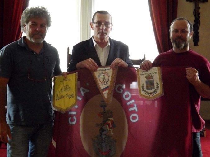 Il sindaco Pietro Marcazzan tra Fabrizio Gandellini e Mauro de Pietri.jpg