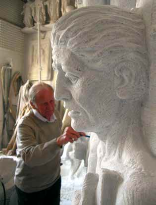 L'artista mentre sta lavorando nel suo atelier di Pietrasanta al grande monumento alla Pace, in marmo di Carrara,  per il comune di Certaldo (FI)