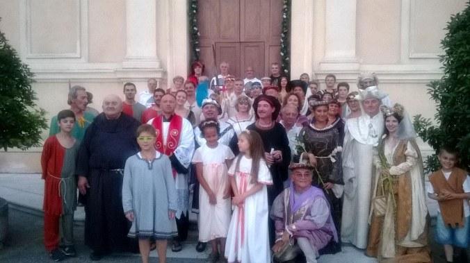 I figuranti della rievocazione in posa davanti alla chiesa di Villimpenta