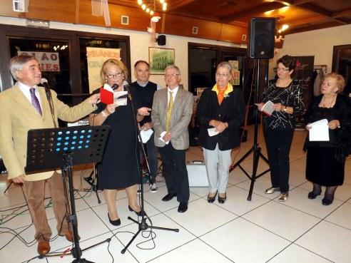 Wainer Mazza con alcuni poetri del Cenacolo Dialettale Al Fogoler