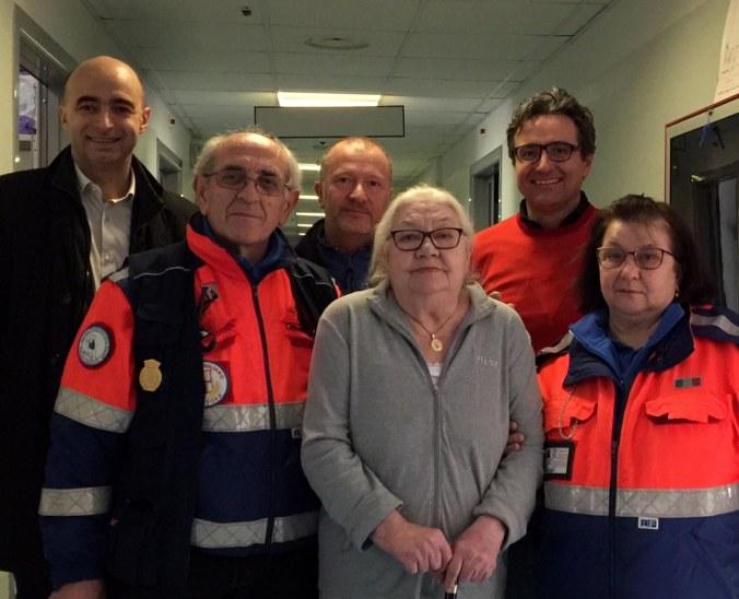 l'assessore Cabrini, il gruppo di volontari e l'anziana salvata.jpg