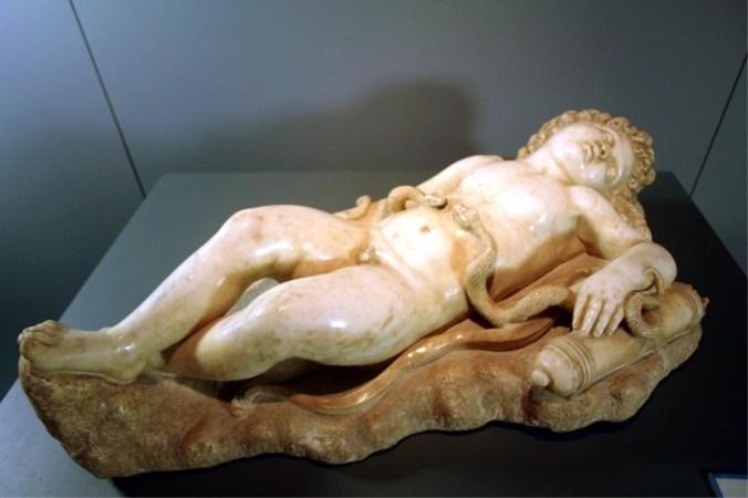 Cupido dormiente con due serpenti copia.jpg