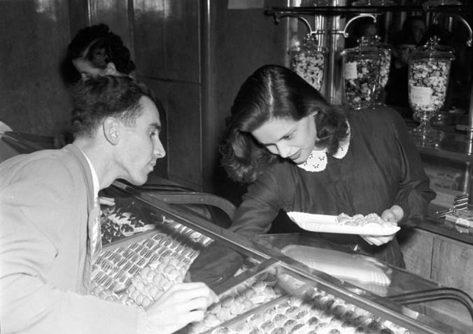 Lucia Bosè al lavoro presso la pasticceria Galli