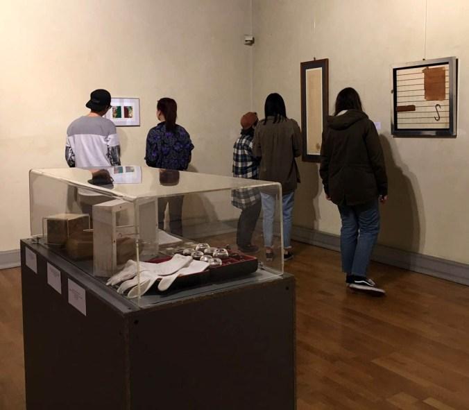 Studenti in visita alla mostra.jpg