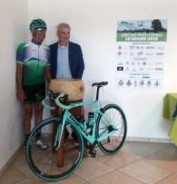 Il presidente Giuseppe Priori con il ciclista Secondo Fochi
