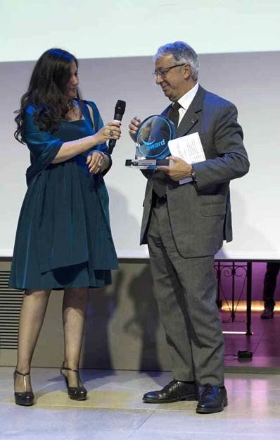 Chiara Osnago Gadda, event manager del Positive Business Awards, premia Sua Eccellenza l'Ambasciatore del Pincipato di Monaco in Italia Robert Fillon_preview.jpeg