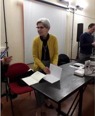 Ana Danca in un momento di firma copie