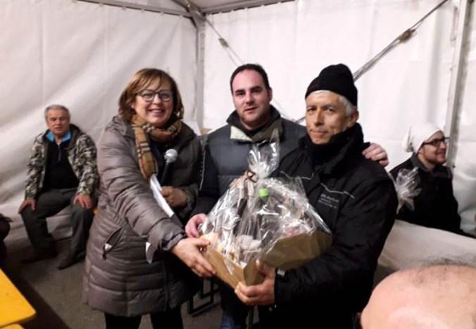 Il sindaco Angeli premia Ermes Beltrami.jpg