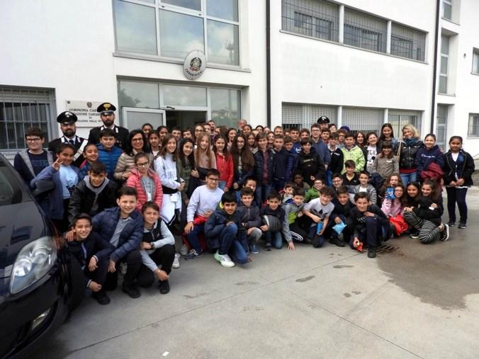 studenti del beschi in visita alla caserma carabinieri di castiglione d.s.jpg