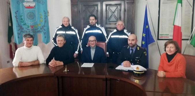 Il comandante Adrea Pollini con il sindaco Gianni Grassi, gli assessori e gli agenti della Polizia Locale