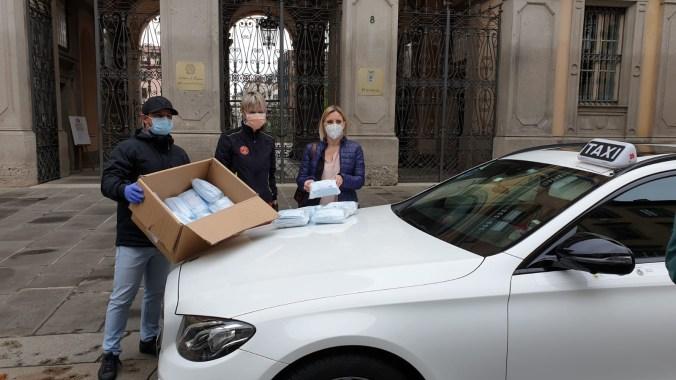 Assessore Caludia Maria Terzi consegna le mascherine.jpg