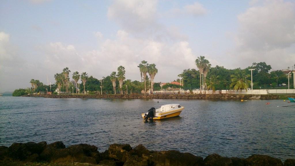 Vue sur la place du bourg des Trois-îlets