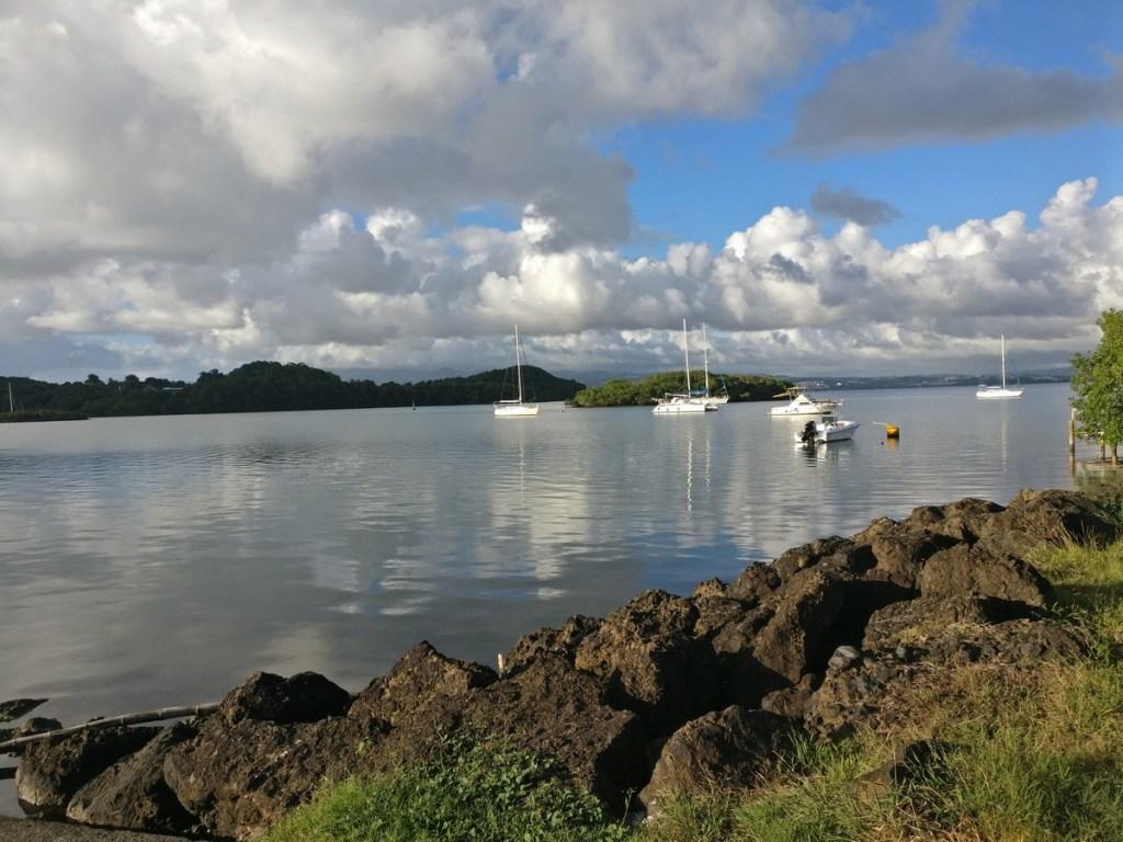 Vue sur mer depuis le bourg des Trois-îlets