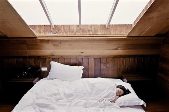Se détendre malgré les règles douloureuses : Femme fatiguée dans son lit