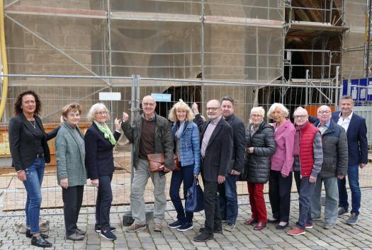 Kommunalpolitik ist eine immerwährende Baustelle und bedarf einer soliden Basis, sagt die Unabhängige Wählervereinigung Mindener Initiative. Seit 25 Jahren ist die MI mit ihrem Fraktionsvorsitzenden Harald Steinmetz (4. v. l.) und Vize Edith von Wrisberg (3. v. l.) im Rat vertreten. Foto: MI/privat