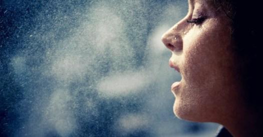La Bruma Facial se pulveriza sobre el rostro