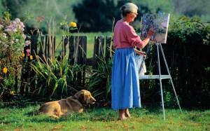 Женщина рисует на природе