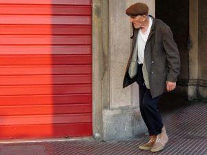Шагающий пожилой человек