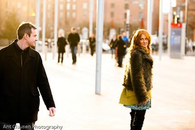 мужчина и женщина знакомятся на улице