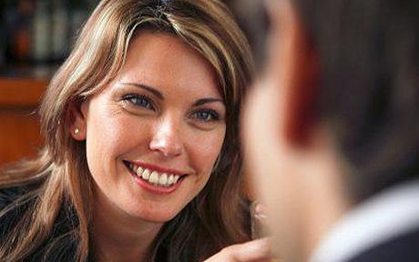 женщина смотрит на лицо мужчины
