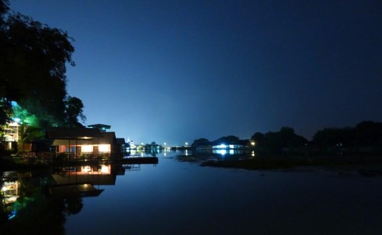 Nachtansicht Khwae Yai Fluss Kanchanaburi