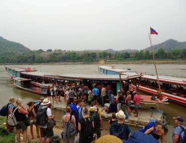 Slow Boat am MekongUfer