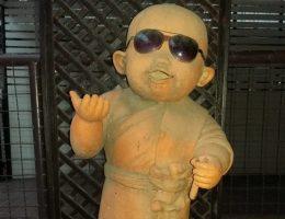 Figur mit Sonnenbrille