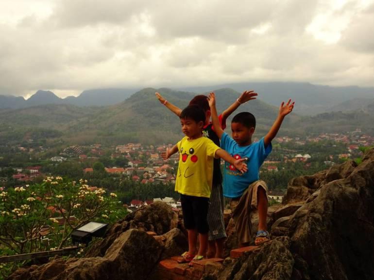 Kind mit Panorama Luang Prabang