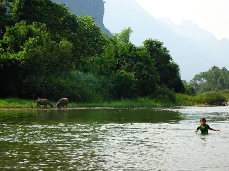 Vang Vieng Kind im Fluss