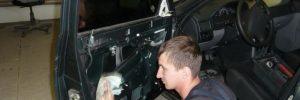 Очистка поверхности двери под поклейку шумоизоляционного материала