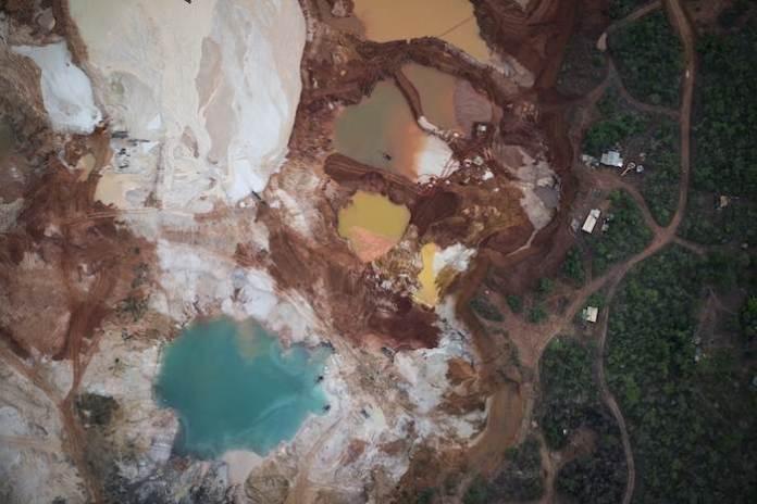 Miles de mineros artesanales aún sobreviven en esta zona de difícil acceso. Foto: AP