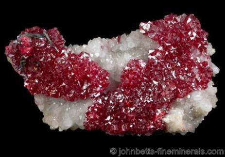 Cristales de cinabrio rojo brillante