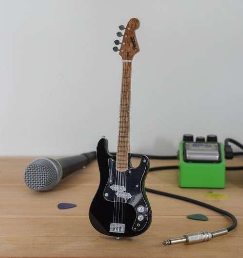 Thin Lizzy, Phil Lynott - Fender Bass