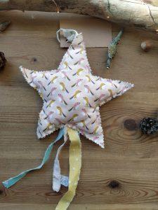 decoration-tissu-suspendre-etoile-oiseaux-fleurs