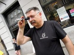 Marek sprawdza wartość ekstraktu w brzeczce