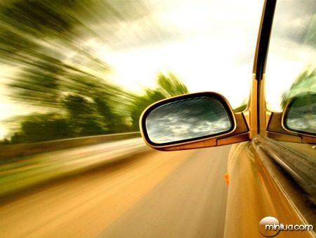 espelho-do-carro-na-estrada-7da4d